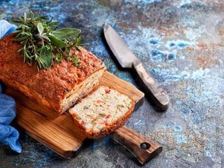 Солен кекс с плънка от шунка, сирене, кисели краставички и печени червени чушки - снимка на рецептата